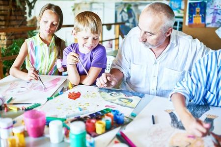 Enfants bénéficiant d'un cours d'art Banque d'images