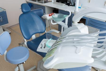 Lugar de trabajo del dentista en la luz del día Foto de archivo - 102078972