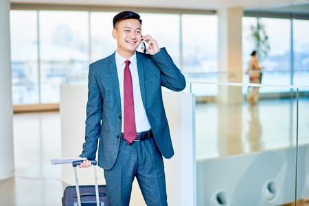 Moderne Aziatische zakenman die telefonisch spreekt Stockfoto