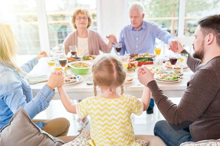 Familiengebet beim Familienessen Standard-Bild