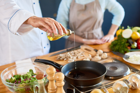 Koch bei der Arbeit Standard-Bild