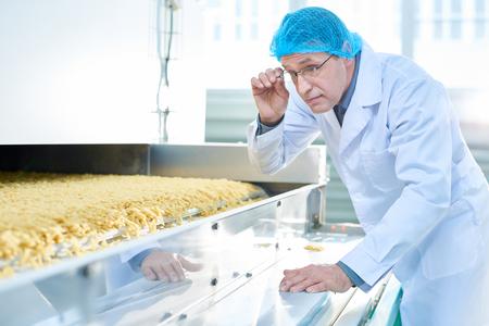Inspecteur d'âge mûr à l'usine alimentaire