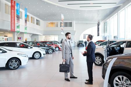 Autoverkäufer Beratung Kunde