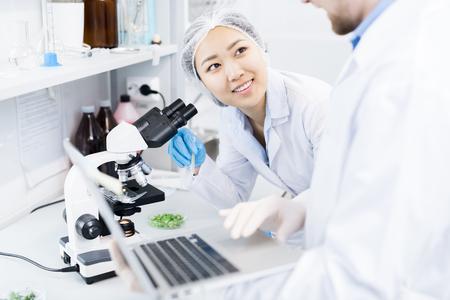Wetenschappers bespreken gegevens die zijn verkregen uit microscopisch onderzoek Stockfoto