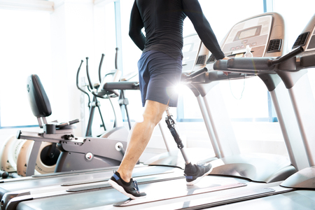Muscular Man Working Out on Treadmill Stockfoto