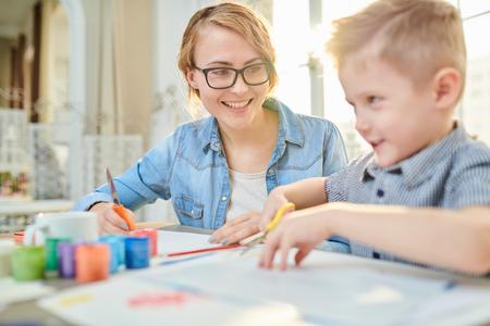 Feliz madre e hijo trabajando juntos