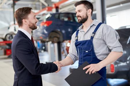 Mechanik, drżenie rąk z biznesmenem