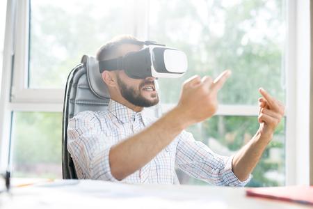 Bel homme en VR montrant le doigt du milieu