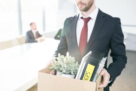 Nicht erkennbarer Geschäftsmann, der Job kündigt