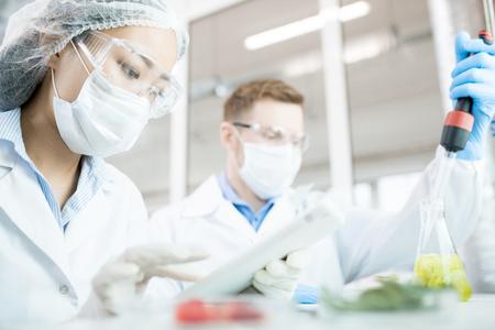 Twee biowetenschappers in laboratorium Stockfoto