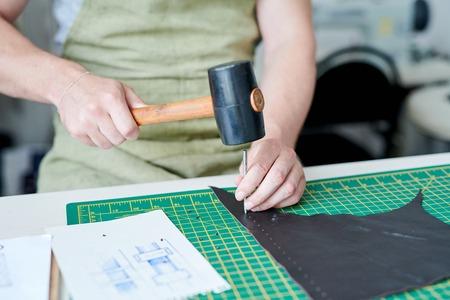 Master working with leather Zdjęcie Seryjne