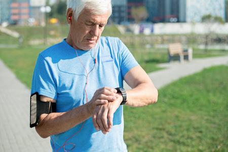 Hombre mayor contemporáneo con gadgets Foto de archivo