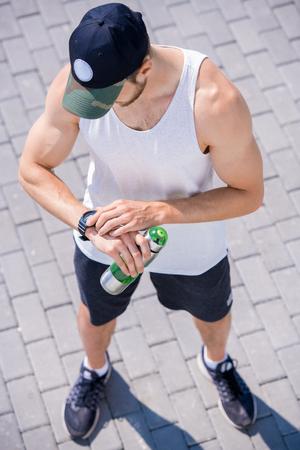 Hombre moderno con reloj fitness Foto de archivo
