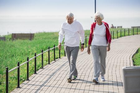 activo pareja senior caminando al aire libre