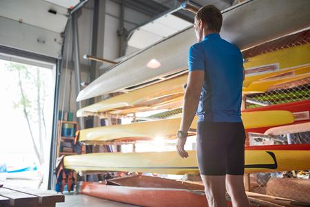 Sportsman walking with canoe Stockfoto