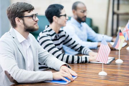 Consuls écoutant attentivement l'orateur