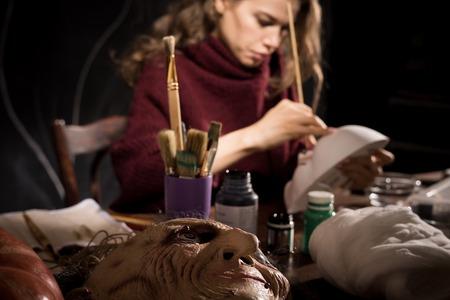 Faire un masque réaliste en atelier Banque d'images
