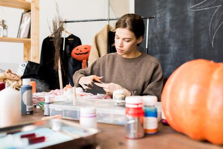 Concepteur d'Halloween faisant la décoration en studio Banque d'images