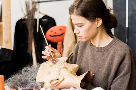 Oeil de peinture de concepteur de masque occupé en atelier