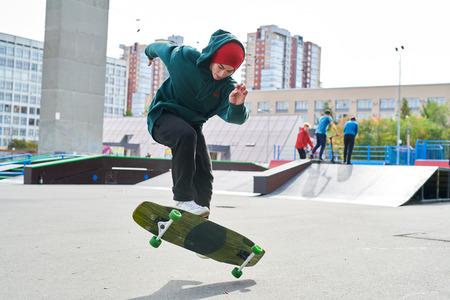 Adolescente en Skate Park Foto de archivo