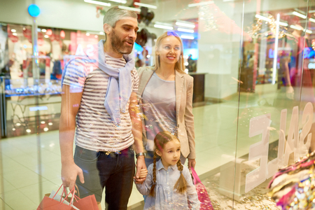 Family Looking at Shopping Displays Banco de Imagens
