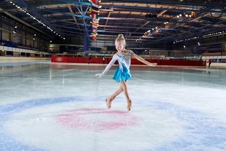 Talentierter kleiner Eiskunstläufer