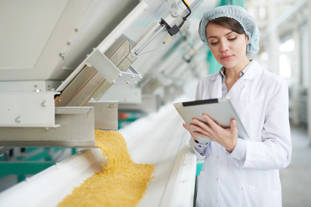 Junge Frau in der Lebensmittelfabrik