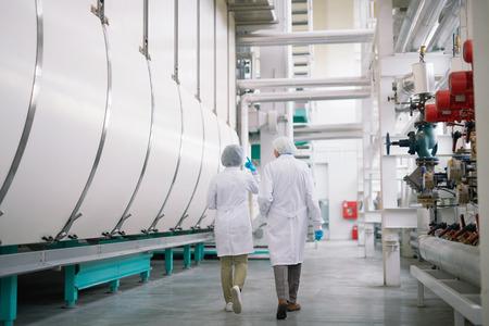 Werknemers in een schone werkplaats