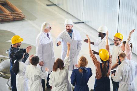 Gerentes de fábrica hablando con trabajadores Foto de archivo