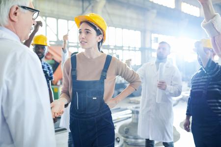 Lavoratrice che parla con il capo