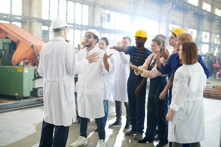 Gruppe von Werksarbeitern im Streik