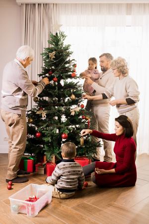 Happy Family Decorating Christmas Tree Archivio Fotografico - 113892466