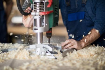 Timmerman die hout boort Stockfoto