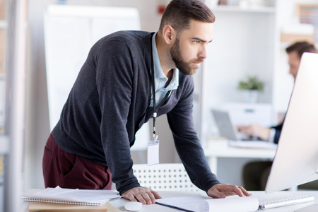 Hombre de negocios nervioso usando computadora