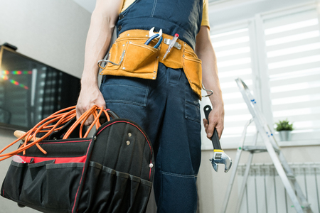 Handyman with bag of work tools Imagens