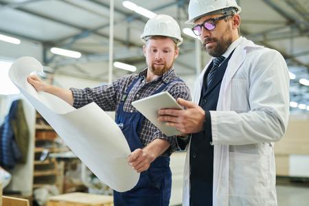 Investeerder die de productiviteit van de fabriek analyseert