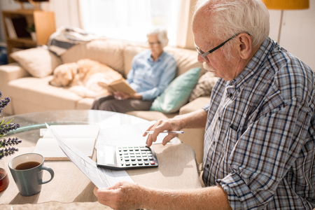 Älterer Mann, der Formulare ausfüllt