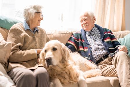 Fröhliches Seniorenpaar zu Hause