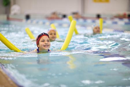 Klein meisje met zwemmende noedels