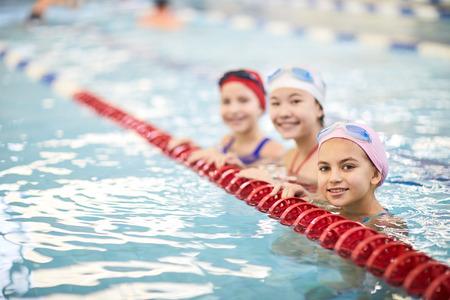 Lekcja pływania w basenie