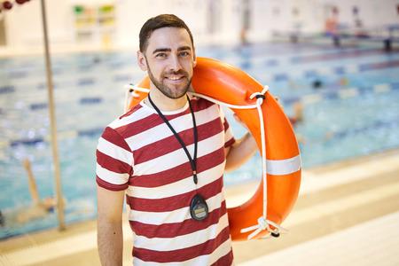Instructeur avec bouée de sauvetage Banque d'images