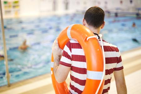 Instruktor pływania szkolący swoją klasę