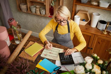 Rijpe vrouw boekhouding