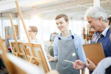 Adolescent souriant en classe d'art Banque d'images
