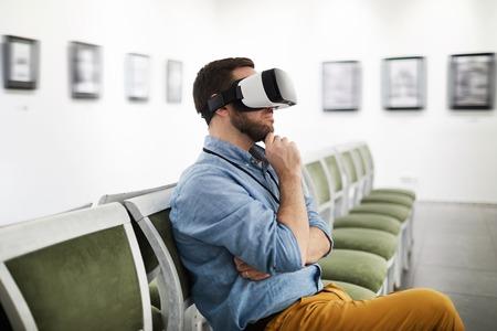 Homme portant la réalité virtuelle au musée