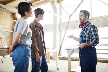 Costruttore che presenta il progetto della casa ai clienti
