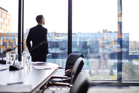 Biznesmen przez okno Zdjęcie Seryjne
