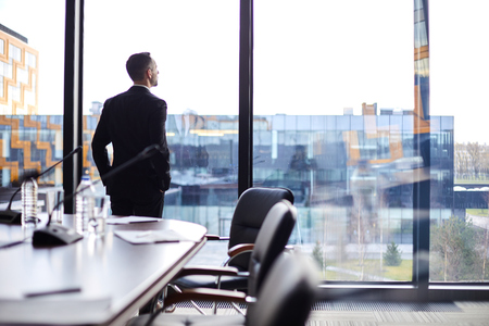 Homme d'affaires par fenêtre Banque d'images
