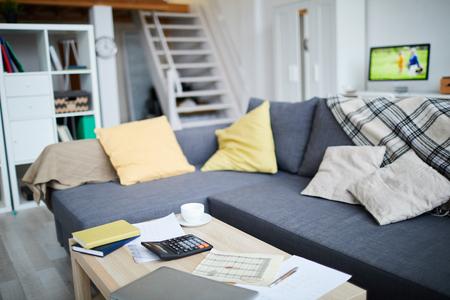 L'immagine di sfondo dell'interno dell'appartamento moderno si concentra sul divano blu nell'area del soggiorno, copia spazio