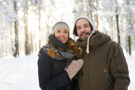 Adult Couple in Winter Forest Banque d'images - 117092601